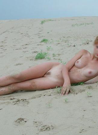 Androgine, Léna pose en snap nue sur la plage ou avec son photographe sur les plages de Corse
