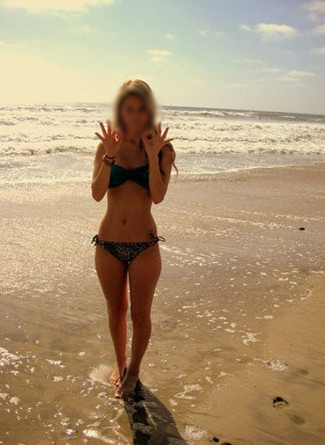Eve snapeuse coquine prend la pose sexy sur la plage des vacances