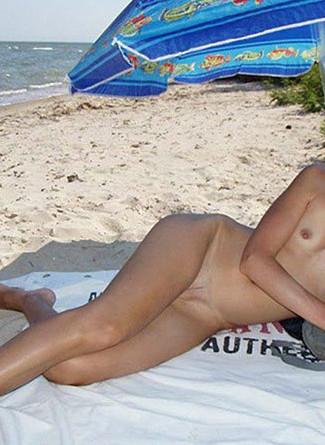 Lola exhibe son corps nu sur la plage de son département