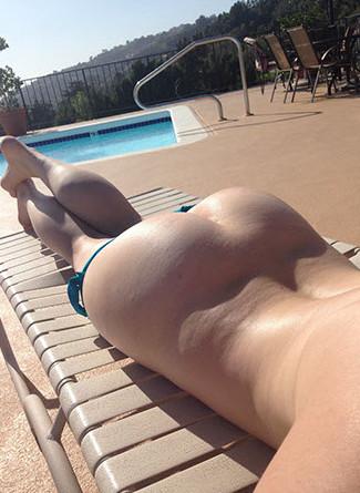 Opheline se snap nue proche de sa piscine et nous fait rêver