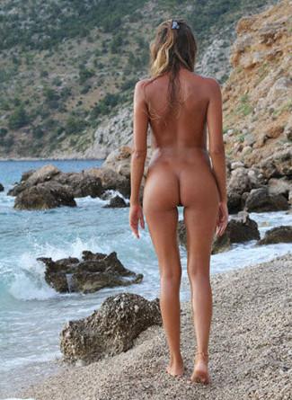 Paulo fait de la photo artistique avec de jolies modèles nues sur la plage